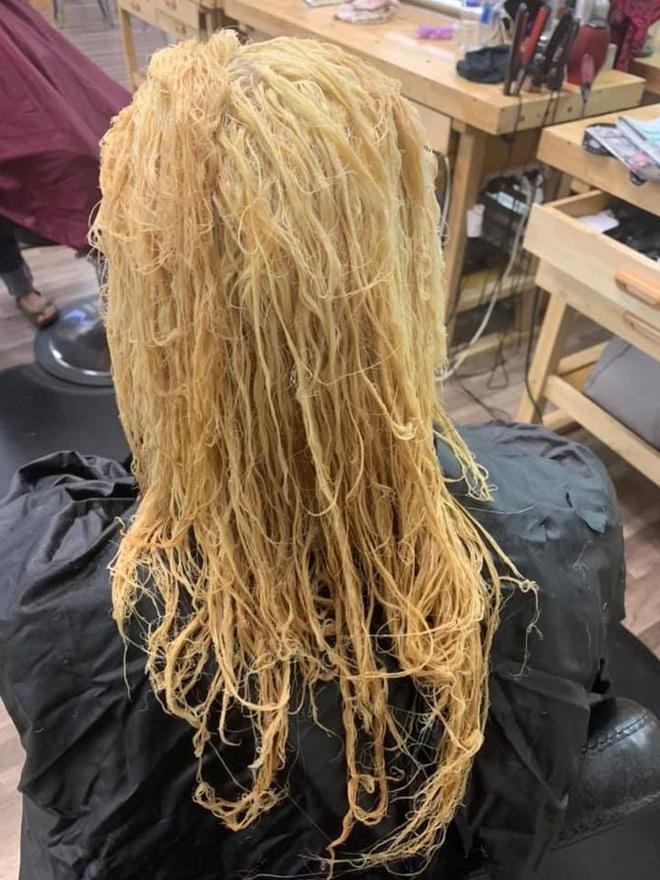Hoảng hồn tình cảnh mẹ 3 con tự tẩy tóc tại nhà khiến mái tóc bị tổn thương đến nỗi phải cắt ngắn chờ phục hồi - ảnh 2