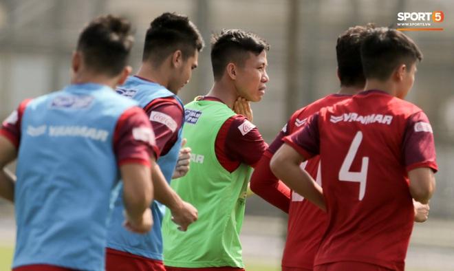 Quên làm đẹp, đội trưởng tuyển Việt Nam dành cả phần chạy khởi động để thoa kem chống nắng - ảnh 5