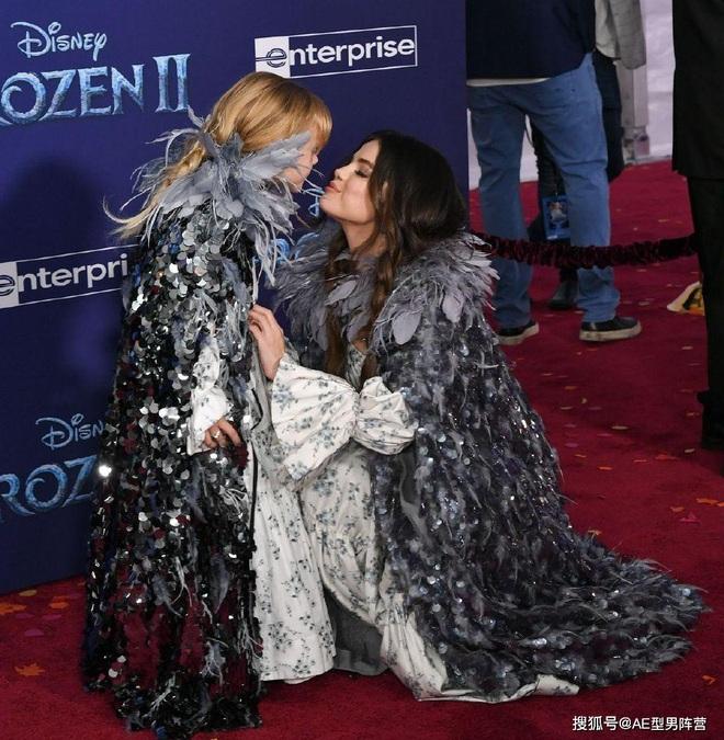 Thảm đỏ Frozen 2: Selena Gomez gây bão vì đẹp xuất thần, hôn em gái cùng cha khác mẹ thắm thiết - ảnh 7