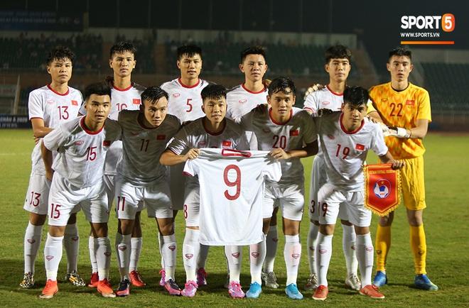 Sao trẻ U19 Việt Nam Nguyễn Kim Nhật bật khóc nức nở khi đồng đội giơ cao chiếc áo số 9 dưới sân - ảnh 1
