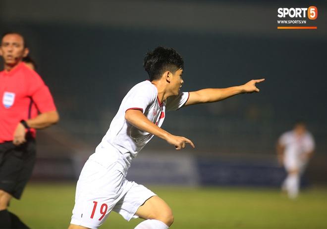 Sao trẻ U19 Việt Nam Nguyễn Kim Nhật bật khóc nức nở khi đồng đội giơ cao chiếc áo số 9 dưới sân - ảnh 6