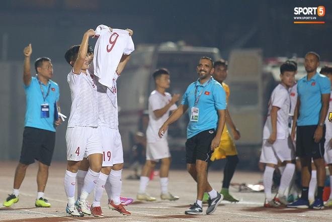 Sao trẻ U19 Việt Nam Nguyễn Kim Nhật bật khóc nức nở khi đồng đội giơ cao chiếc áo số 9 dưới sân - ảnh 8