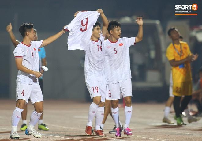 Sao trẻ U19 Việt Nam Nguyễn Kim Nhật bật khóc nức nở khi đồng đội giơ cao chiếc áo số 9 dưới sân - ảnh 7