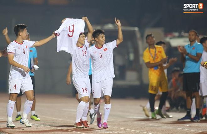 Sao trẻ U19 Việt Nam Nguyễn Kim Nhật bật khóc nức nở khi đồng đội giơ cao chiếc áo số 9 dưới sân - ảnh 9
