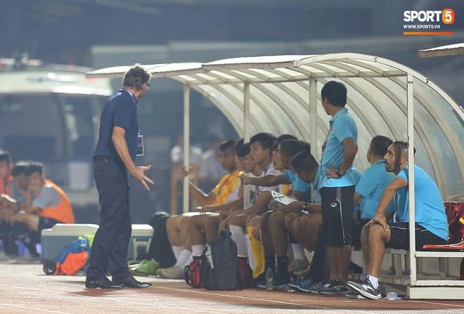 U19 Việt Nam thắng dễ U19 Guam 4-1, phù thủy trắng vẫn nổi điên trong ca-bin đội nhà - ảnh 8