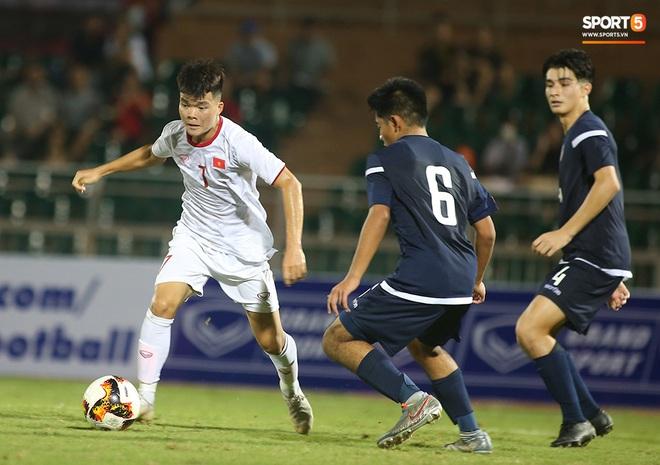 Sao trẻ U19 Việt Nam Nguyễn Kim Nhật bật khóc nức nở khi đồng đội giơ cao chiếc áo số 9 dưới sân - ảnh 2