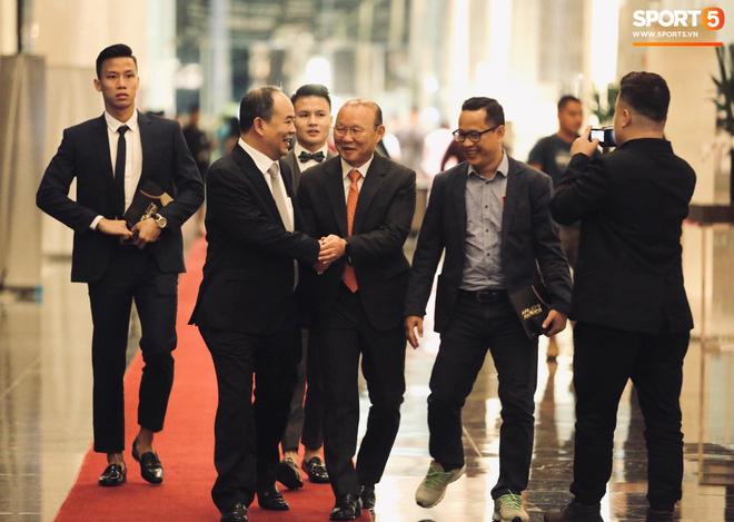 Quang Hải bẽn lẽn khi chụp ảnh cùng Hoa hậu Tiểu Vy tại buổi lễ AFF Awards 2019 - ảnh 16