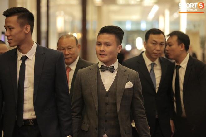 Quang Hải bẽn lẽn khi chụp ảnh cùng Hoa hậu Tiểu Vy tại buổi lễ AFF Awards 2019 - ảnh 4