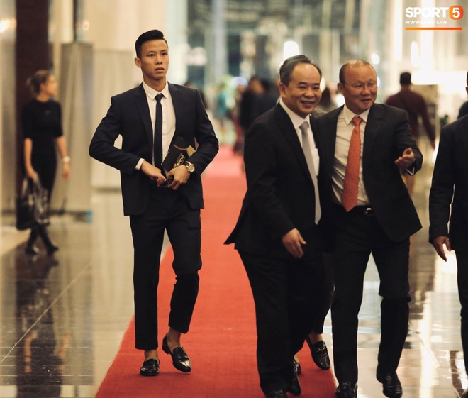 Quang Hải bẽn lẽn khi chụp ảnh cùng Hoa hậu Tiểu Vy tại buổi lễ AFF Awards 2019 - ảnh 3