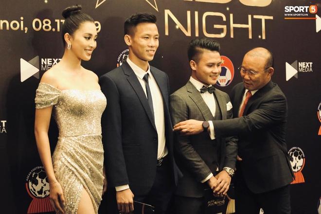 Quang Hải bẽn lẽn khi chụp ảnh cùng Hoa hậu Tiểu Vy tại buổi lễ AFF Awards 2019 - ảnh 6