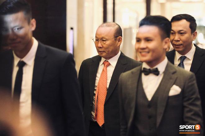 Quang Hải bẽn lẽn khi chụp ảnh cùng Hoa hậu Tiểu Vy tại buổi lễ AFF Awards 2019 - ảnh 2