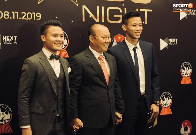 Quang Hải bẽn lẽn khi chụp ảnh cùng Hoa hậu Tiểu Vy tại buổi lễ AFF Awards 2019 - ảnh 1