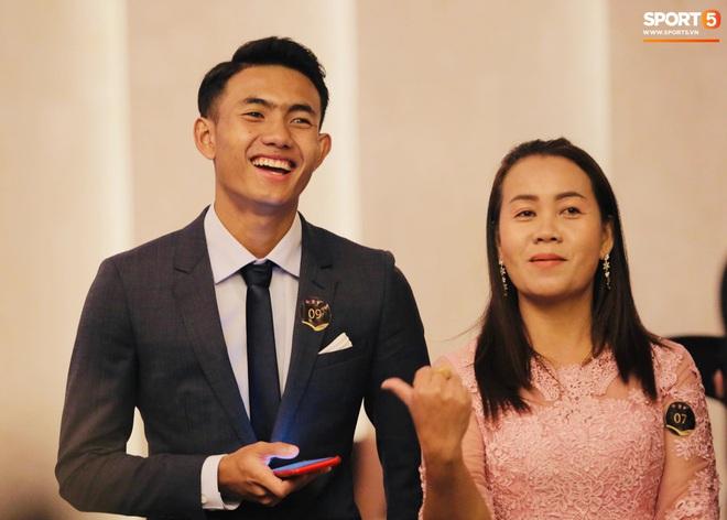 Quang Hải bẽn lẽn khi chụp ảnh cùng Hoa hậu Tiểu Vy tại buổi lễ AFF Awards 2019 - ảnh 11
