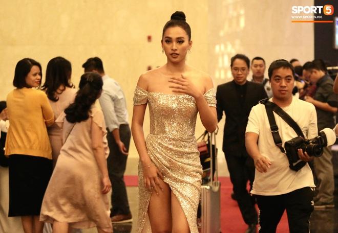Quang Hải bẽn lẽn khi chụp ảnh cùng Hoa hậu Tiểu Vy tại buổi lễ AFF Awards 2019 - ảnh 10