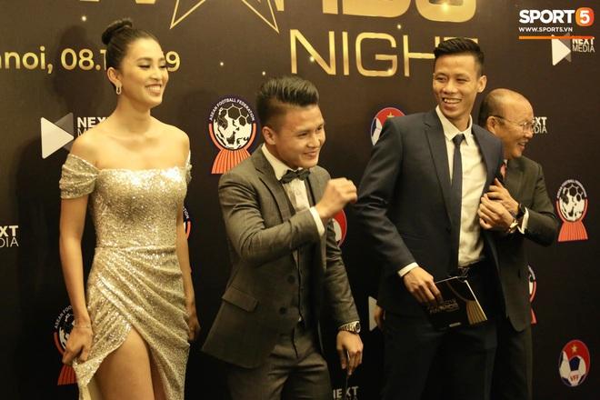 Quang Hải bẽn lẽn khi chụp ảnh cùng Hoa hậu Tiểu Vy tại buổi lễ AFF Awards 2019 - ảnh 7