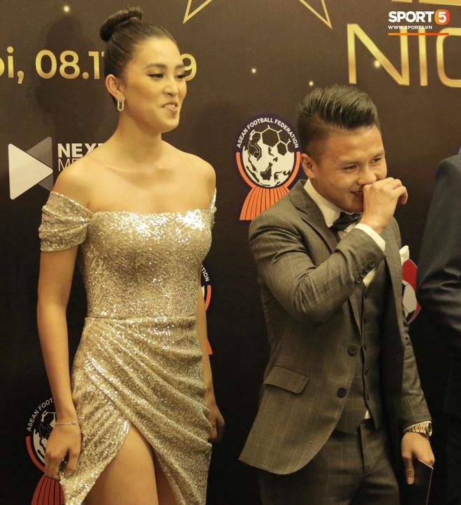 Quang Hải bẽn lẽn khi chụp ảnh cùng Hoa hậu Tiểu Vy tại buổi lễ AFF Awards 2019 - ảnh 8