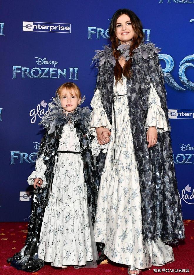Thảm đỏ Frozen 2: Selena Gomez gây bão vì đẹp xuất thần, hôn em gái cùng cha khác mẹ thắm thiết - ảnh 1