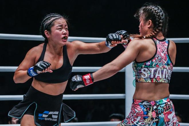 Phải gặp nhà vô địch tuyệt đối người Thái, nữ võ sĩ gốc Việt thi đấu vô cùng quả cảm, khiến BLV cũng phải tỏ ra ngỡ ngàng - ảnh 6