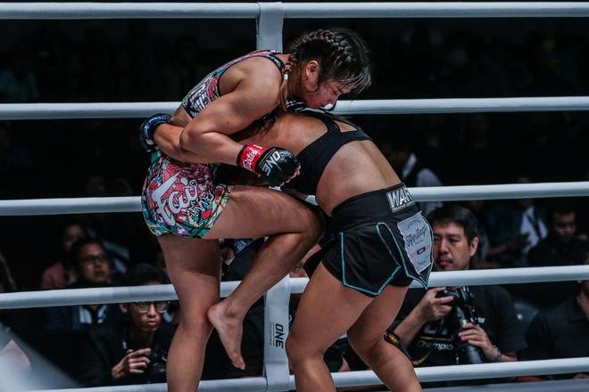 Phải gặp nhà vô địch tuyệt đối người Thái, nữ võ sĩ gốc Việt thi đấu vô cùng quả cảm, khiến BLV cũng phải tỏ ra ngỡ ngàng - ảnh 5