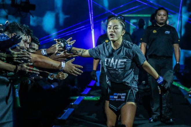 Phải gặp nhà vô địch tuyệt đối người Thái, nữ võ sĩ gốc Việt thi đấu vô cùng quả cảm, khiến BLV cũng phải tỏ ra ngỡ ngàng - ảnh 1