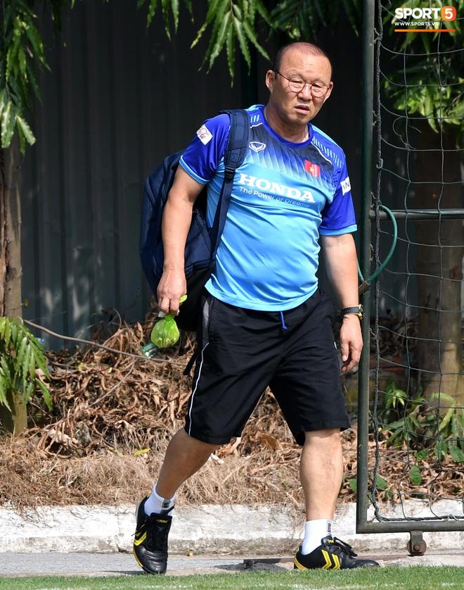 HLV Park Hang-seo về qua nhà trước giờ tập luyện, rồi hớt hải chạy vào sân vì lý do ấm lòng - ảnh 2