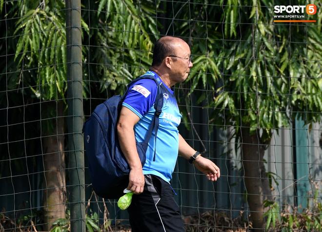 HLV Park Hang-seo về qua nhà trước giờ tập luyện, rồi hớt hải chạy vào sân vì lý do ấm lòng - ảnh 5