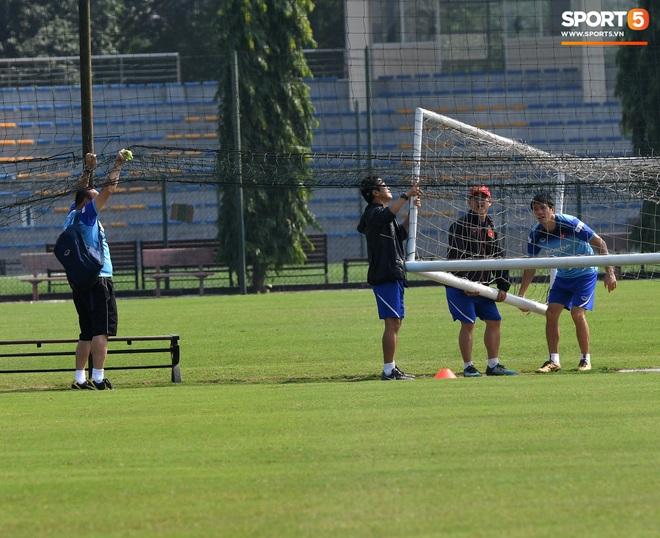 HLV Park Hang-seo về qua nhà trước giờ tập luyện, rồi hớt hải chạy vào sân vì lý do ấm lòng - ảnh 8