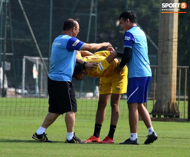 HLV Park Hang-seo về qua nhà trước giờ tập luyện, rồi hớt hải chạy vào sân vì lý do ấm lòng - ảnh 12