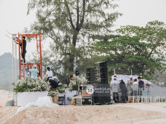 Clip độc quyền từ Phú Quốc: Đông Nhi cười tươi hết cỡ, bất chấp mệt mỏi cùng ê-kíp gấp rút chuẩn bị lễ cưới tới tối muộn - ảnh 1