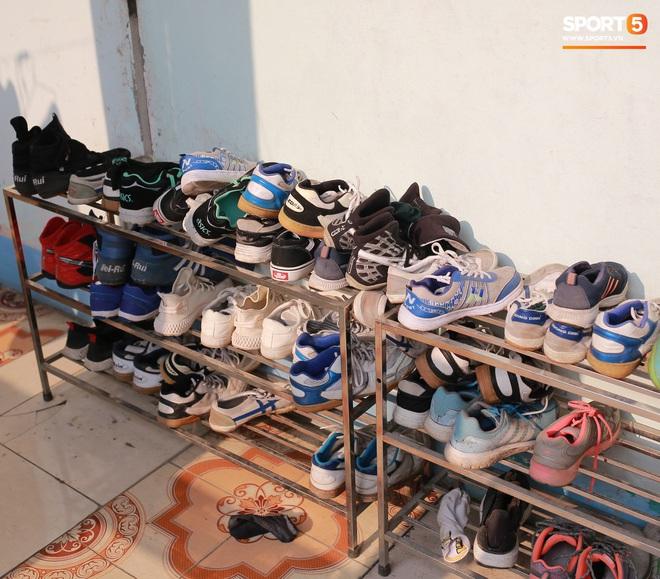 Chạnh lòng với đội bóng nữ Thái Nguyên: Cầu thủ chuyên nghiệp đi giày cũ rách, ước mơ có hàng xịn như trong bộ sưu tập giày của Đoàn Văn Hậu - ảnh 2