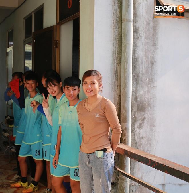HLV trưởng đội nữ Thái Nguyên: Nhiều cầu thủ bỏ bóng đá đi làm công nhân vì quá khó khăn - ảnh 1