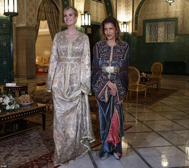 Dự tiệc tại cung điện hoàng gia, Ivanka Trump bị chê xuống sắc với vẻ ngoài kỳ lạ, nghi vấn mang thai lần 4 - ảnh 1