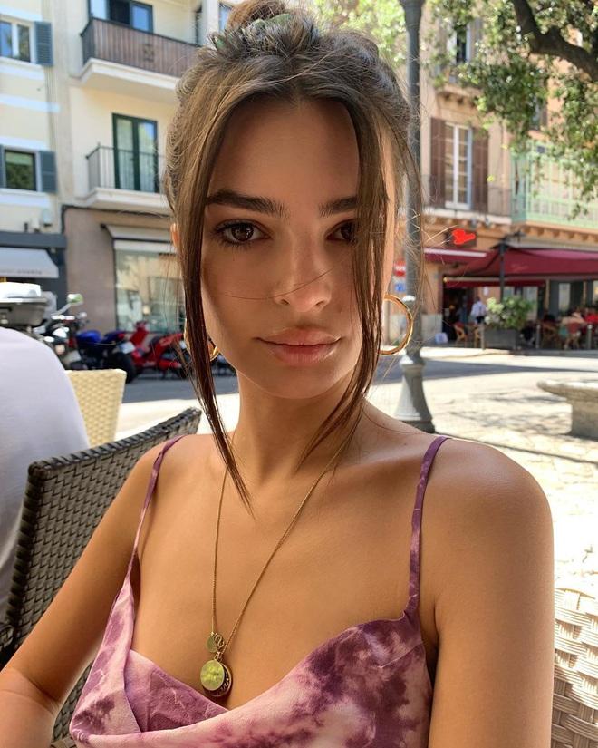 Bắt chước nàng mẫu siêu vòng 1 Emily Ratajkowski dùng 6 món skincare sau, biết đâu da bạn cũng căng mướt như da cô ấy - ảnh 3