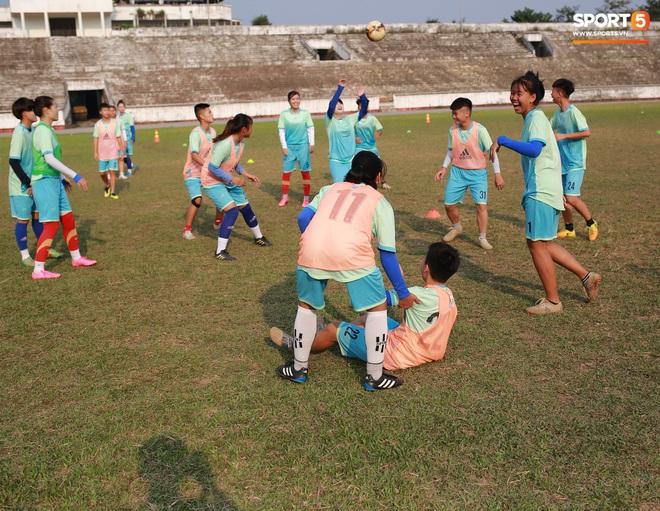Chạnh lòng với đội bóng nữ Thái Nguyên: Cầu thủ chuyên nghiệp đi giày cũ rách, ước mơ có hàng xịn như trong bộ sưu tập giày của Đoàn Văn Hậu - ảnh 5