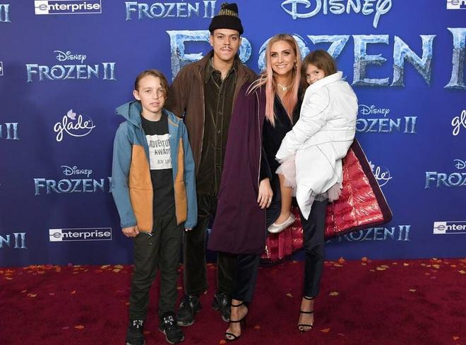 Thảm đỏ Frozen 2: Selena Gomez gây bão vì đẹp xuất thần, hôn em gái cùng cha khác mẹ thắm thiết - ảnh 14