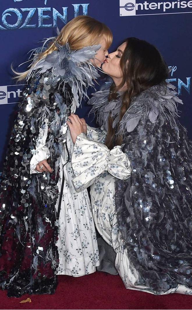 Thảm đỏ Frozen 2: Selena Gomez gây bão vì đẹp xuất thần, hôn em gái cùng cha khác mẹ thắm thiết - ảnh 9
