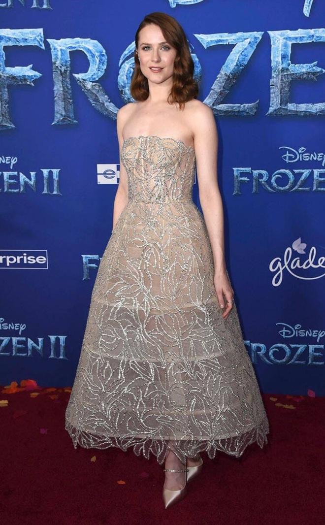 Thảm đỏ Frozen 2: Selena Gomez gây bão vì đẹp xuất thần, hôn em gái cùng cha khác mẹ thắm thiết - ảnh 10