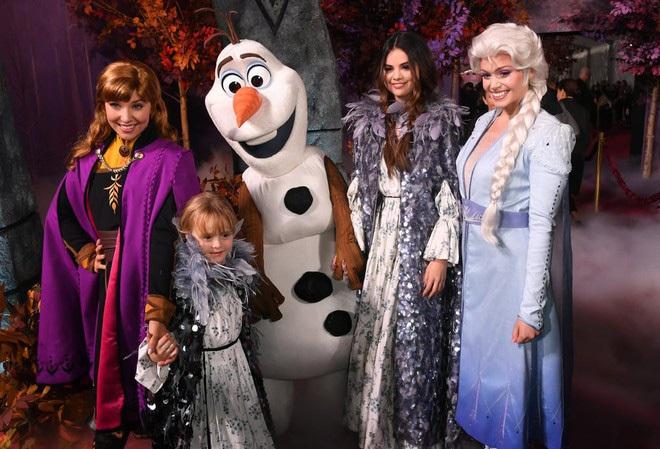 Thảm đỏ Frozen 2: Selena Gomez gây bão vì đẹp xuất thần, hôn em gái cùng cha khác mẹ thắm thiết - ảnh 13