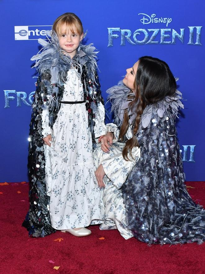 Thảm đỏ Frozen 2: Selena Gomez gây bão vì đẹp xuất thần, hôn em gái cùng cha khác mẹ thắm thiết - ảnh 8