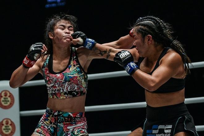Phải gặp nhà vô địch tuyệt đối người Thái, nữ võ sĩ gốc Việt thi đấu vô cùng quả cảm, khiến BLV cũng phải tỏ ra ngỡ ngàng - ảnh 4