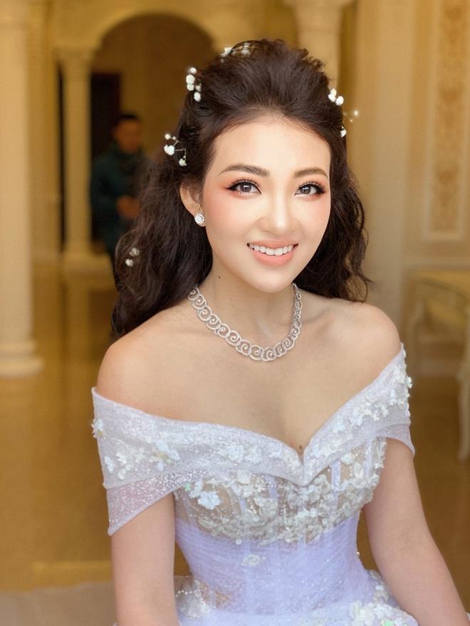 Cô dâu 200 cây vàng ở Nam Định rạng ngời, tự tin diện áo khoét cổ sâu siêu gợi cảm bất chấp bầu bí - ảnh 2