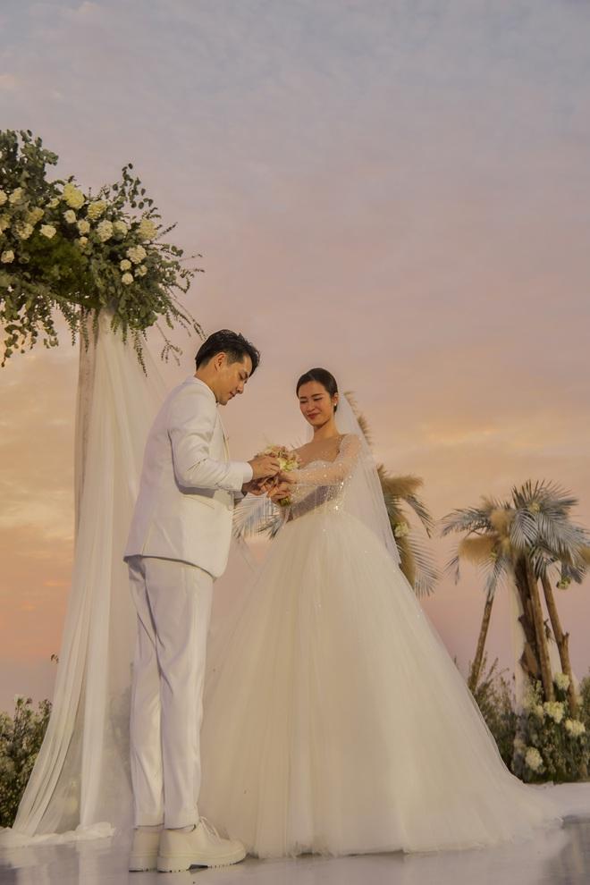 Đông Nhi ra mà xem trọn vẹn khoảnh khắc căng đét trong đám cưới của Mai Hồng Ngọc và Ông Cao Thắng này! - ảnh 9