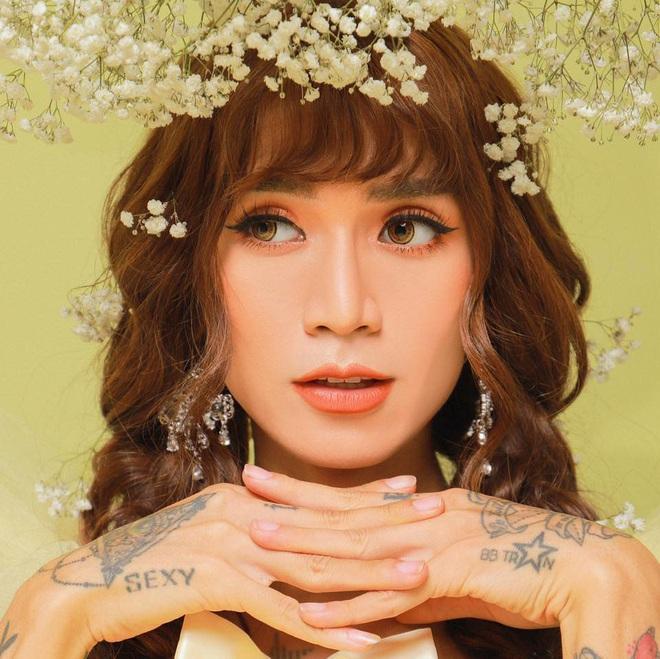 Trang phục dự siêu đám cưới cực lầy mang thương hiệu BB Trần: Cuốn chăn làm váy thướt tha, quyết không kém cạnh cô dâu Đông Nhi - ảnh 2