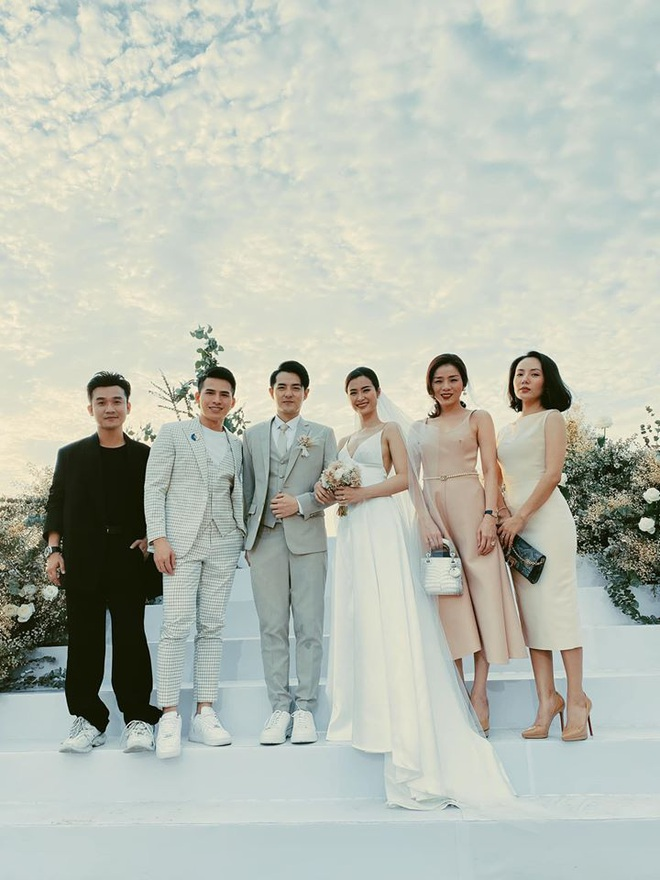 Cập nhật: 200 sao Việt xúng xính váy áo dự đám cưới đẹp như mơ của Đông Nhi - Ông Cao Thắng - ảnh 5