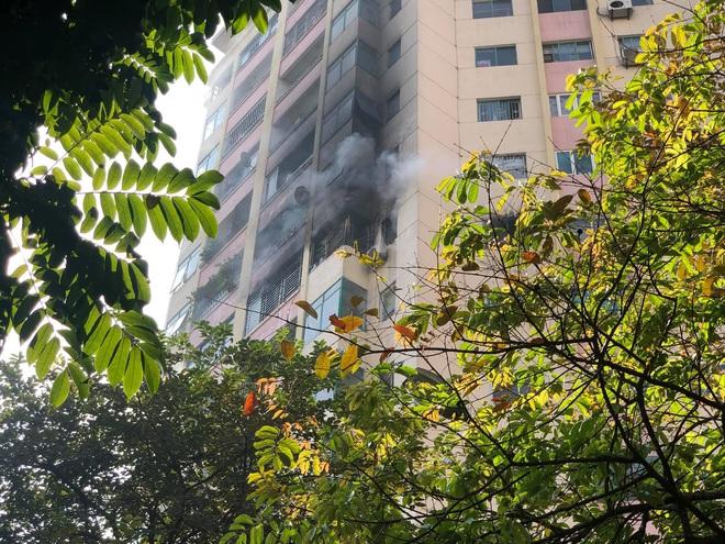 Đang cháy lớn tại chung cư trong làng quốc tế Thăng Long - ảnh 3