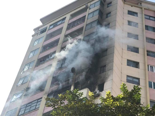 Đang cháy lớn tại chung cư trong làng quốc tế Thăng Long - ảnh 1