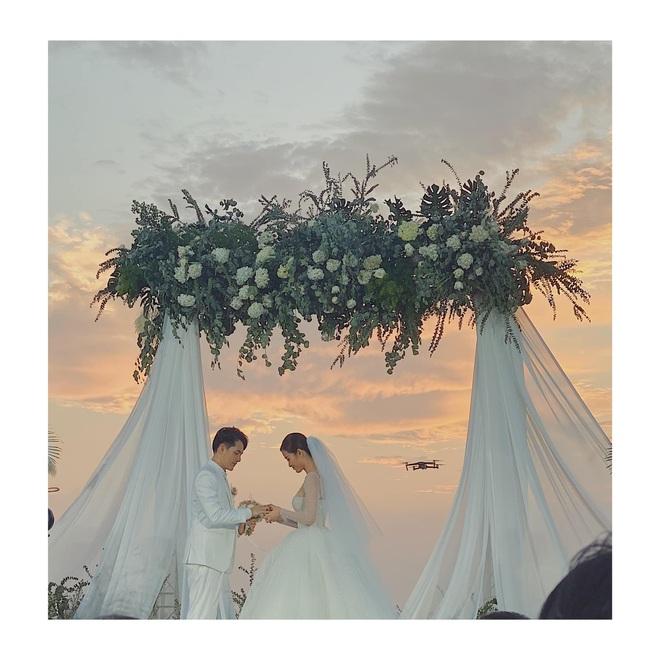 Khoảnh khắc ý nghĩa nhất sau 10 năm: Đông Nhi - Ông Cao Thắng cười tít mắt khoe nhẫn cưới, chính thức kết duyên vợ chồng - ảnh 2
