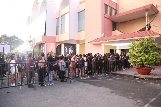 Đúng là Show của Đen có khác, fan đông nườm nượp mà chẳng ai bảo ai mặc nguyên đồ màu đen xếp hàng từ sớm - ảnh 11
