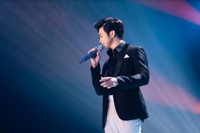 Uyên Linh nắm chặt tay Lân Nhã trong liveshow Chẳng phải tình cờ, cả bức tranh âm nhạc 10 năm được tái hiện chỉ bằng giọng hát - ảnh 6