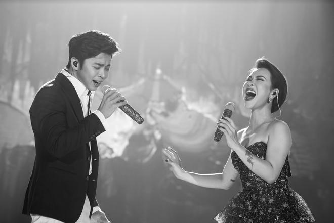 Uyên Linh nắm chặt tay Lân Nhã trong liveshow Chẳng phải tình cờ, cả bức tranh âm nhạc 10 năm được tái hiện chỉ bằng giọng hát - ảnh 2